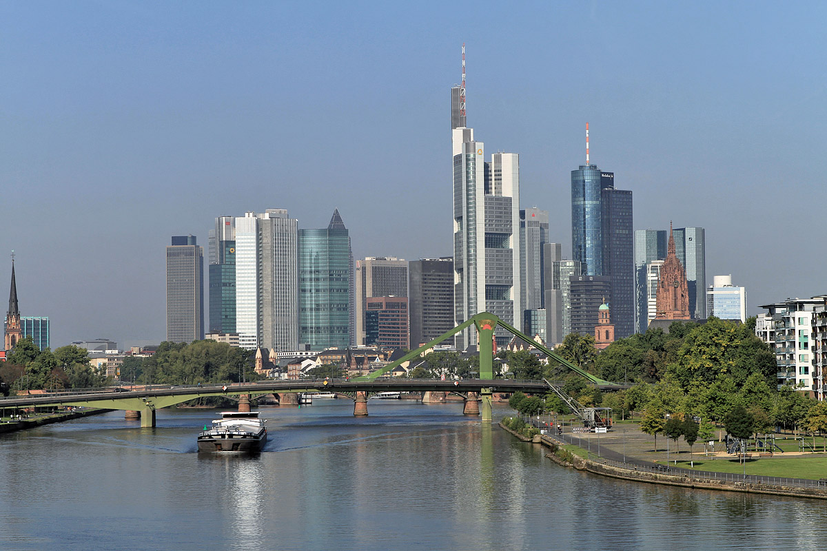 skyline blick auf die mainmetropole frankfurt den bankengeb uden und der fl erbr cke. Black Bedroom Furniture Sets. Home Design Ideas